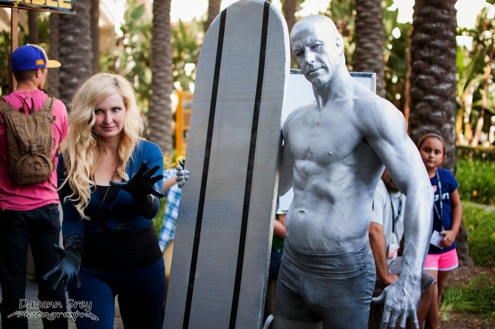 photo de cosplay de la wondercon 2014 avec la femme invisible et le surfeur d'argent
