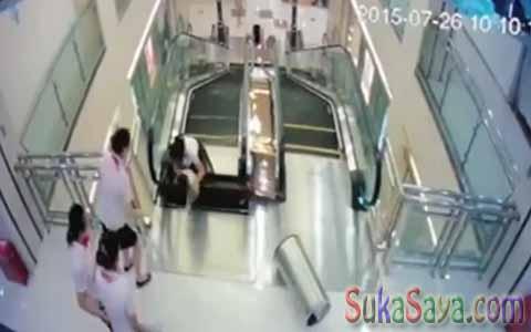 Ngeri! Demi Menyelamatkan Anaknya, Ibu Ini Tewas Ditelan Eskalator