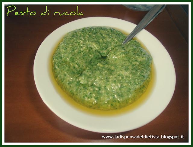 condimento per pasta a base di rucola, parmigiano e mandorle