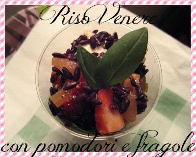 Riso Venere con fragole e pomodori