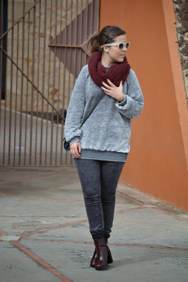 look_outfit_burdeos_gris_botines_tacon_grueso_lolalolailo_01