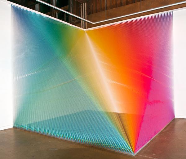 Instalacion con hilos de colores de Gabriel Dawe. Rainbow colored thread installation