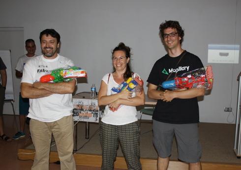 Premios del público GeocampEs Juan Carlos (fablab), Paloma (callejerodeandalucia.es) y Pau Gargallo (Mapillary)