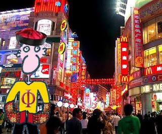 Pepe Vitruvio al principio de la calle peatonal Shangxiajiu, pensando si cenar una hamburguesa o un rollito de primavera.