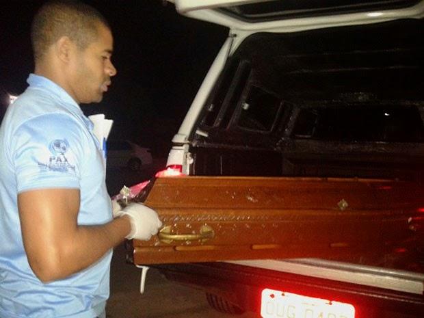 Caixão com corpo de menino de 2 anos que morreu afogado na Bahia (Foto: Blog Marcos Frahm)