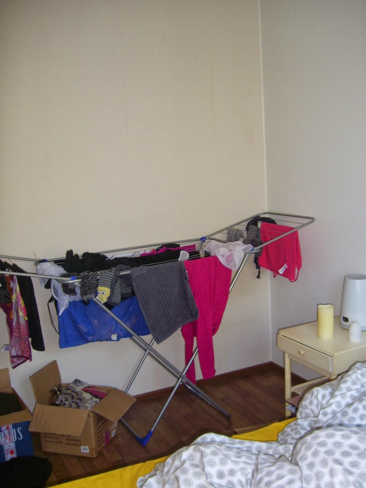 pyykkiteline makuuhuoneessa