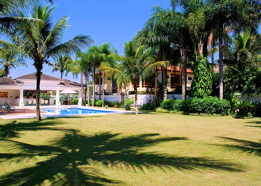 Fotos de casas com piscina e jardim imagens e fotos for Piscinas e jardins