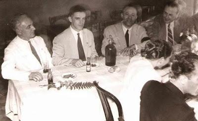 """1951 - Visita del equipo lisboeta al local social del Club Ajedrez Ruy López Tívoli - La """"plana mayor"""" presidiendo el aperitivo"""