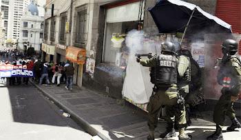 se ve claramente. policías de EVO disparan a estudiantes universitarios. detuvieron varias decenas