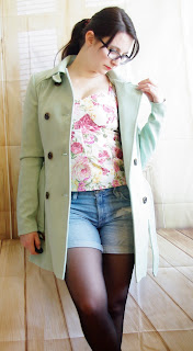 Outfit Pastel Flower Girl -  Denim Shorts, Floral Corsage-Top & Mint Coat