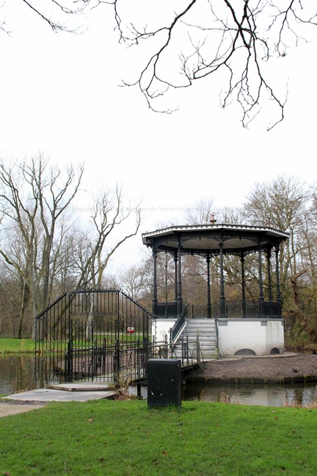 Fahrradtour durch den Vondelpark in Amstrdam, hier ein Pavillon
