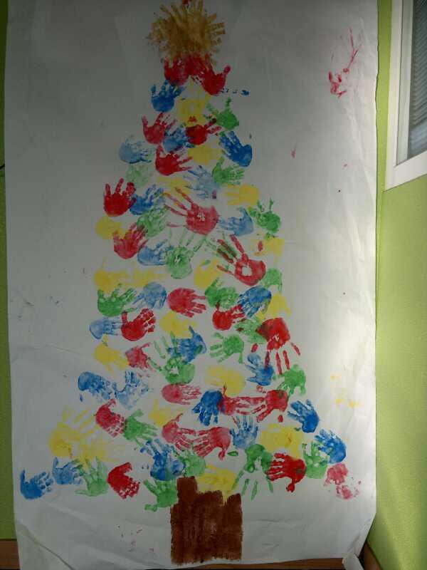 arboles de navidad con manos impresas en diferentes colores