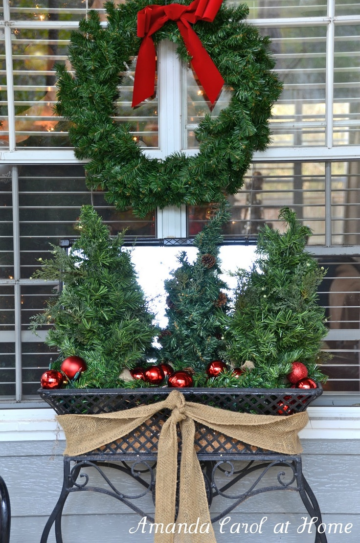 Great ideas for christmas decorating courtyards and for Fall balcony decorating ideas