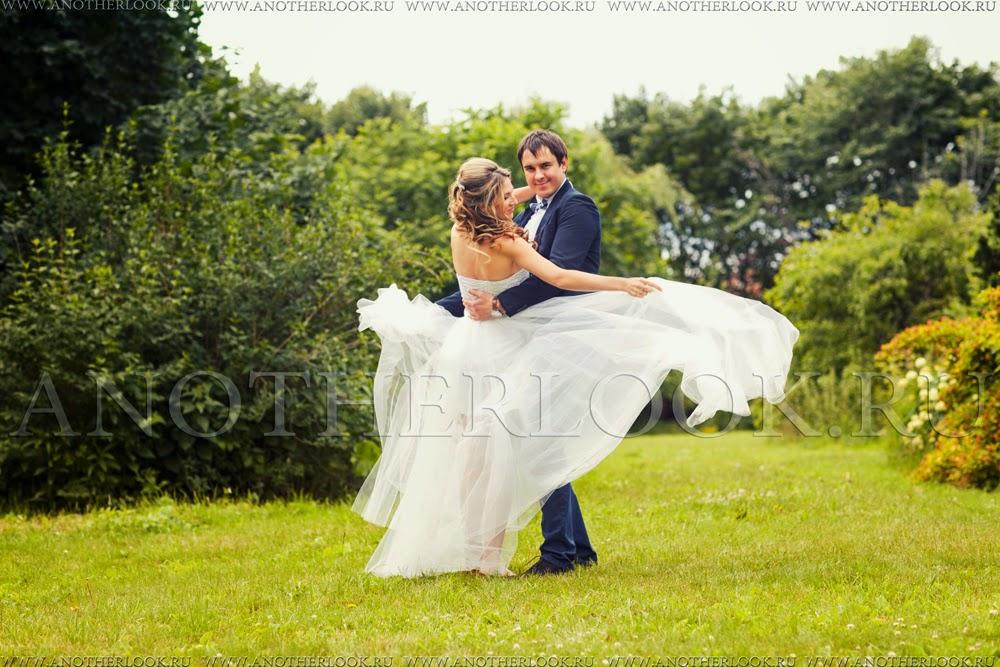 жених и невеста танцуют в парке