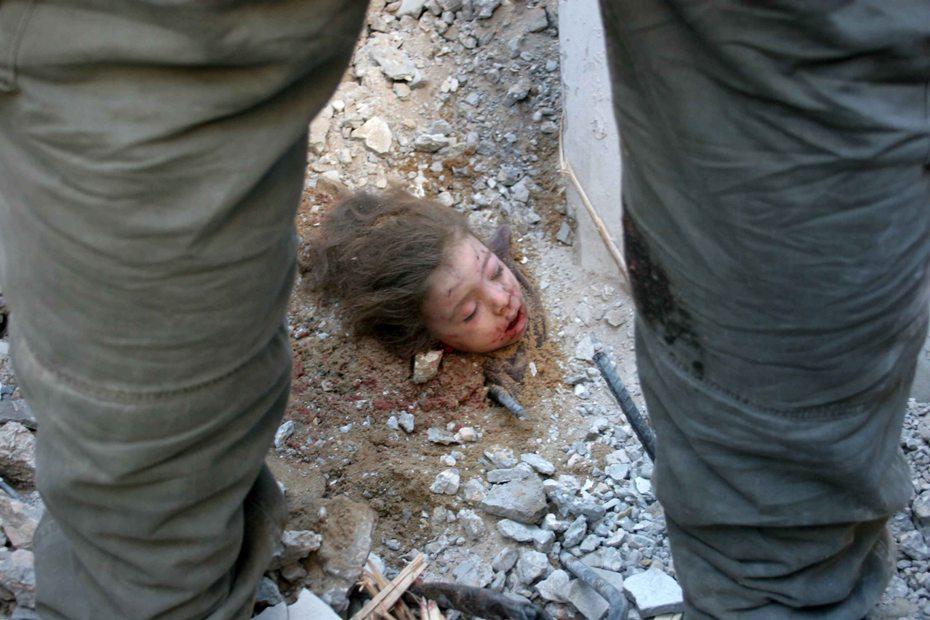 Niña sin vida, sepultada por ataques aéreos israelíes indiscriminados. Gaza, Palestina. Enero 2009.