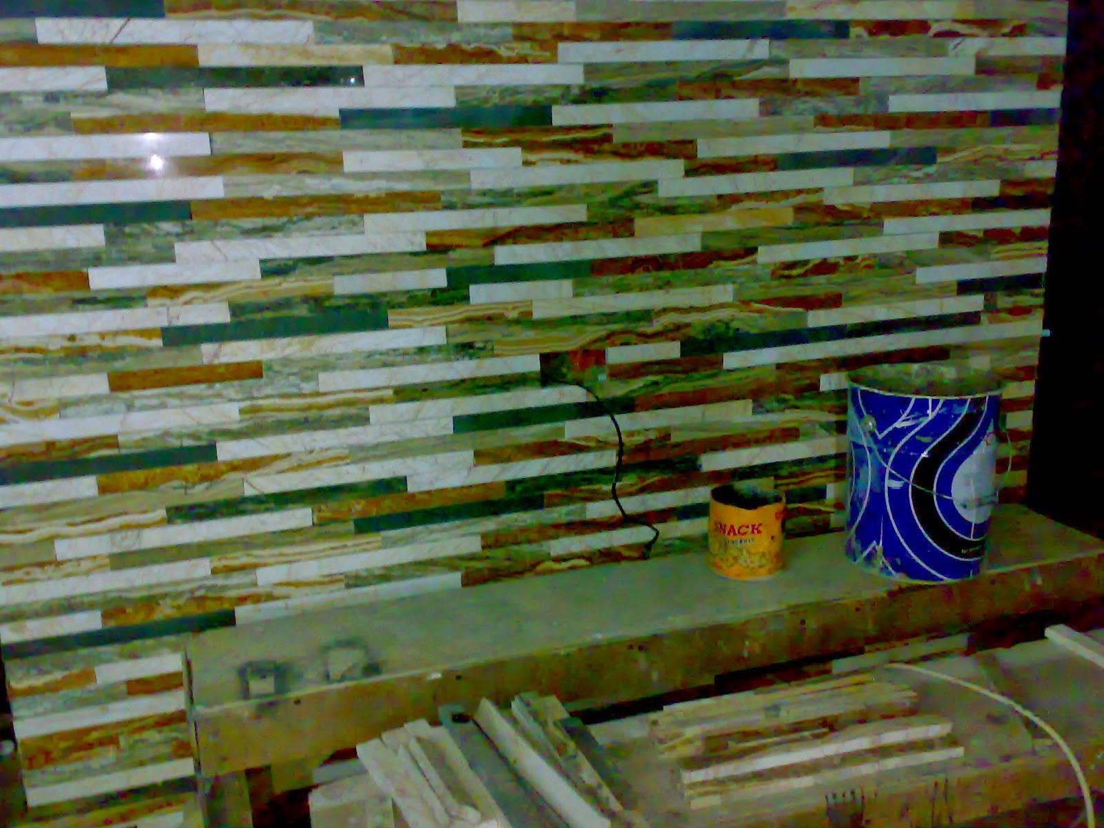 Dinding mozaik dari marmer sisa