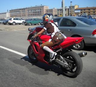 Foto de uma menina russa andando de moto