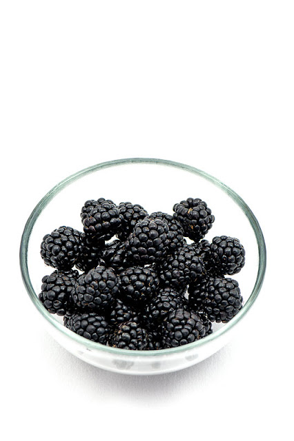 Blackberrys in a bowl long shot