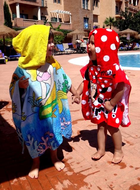 Helia y Sakura en la piscina