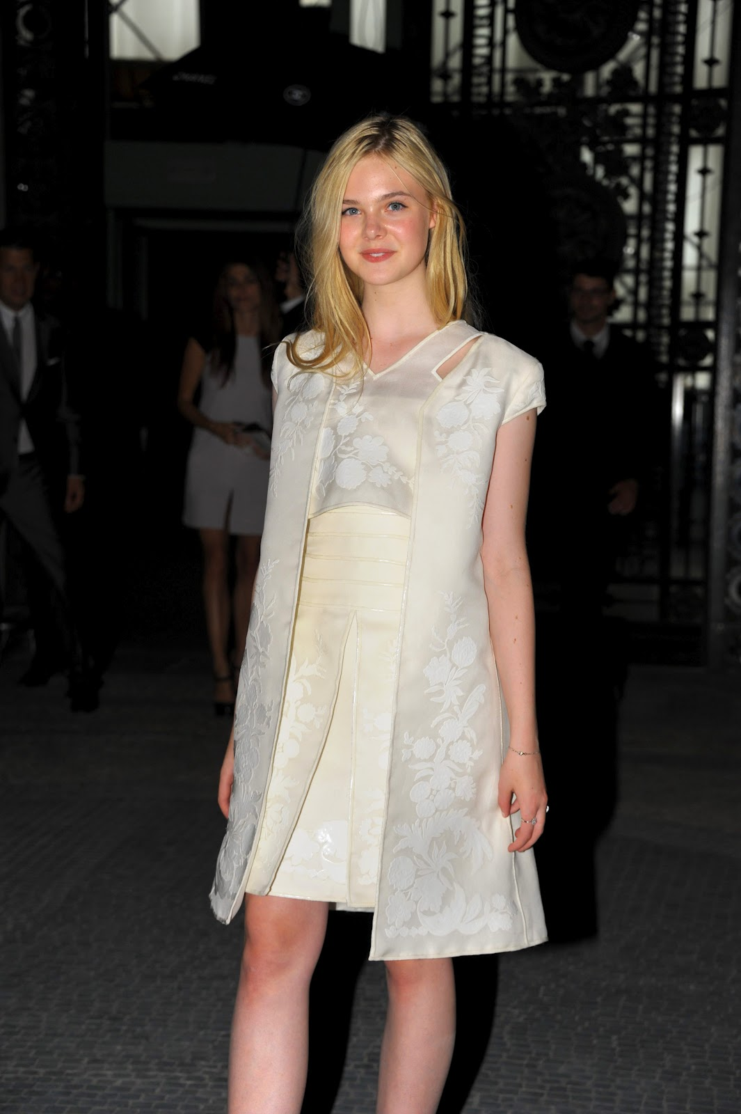 http://3.bp.blogspot.com/-LcpQkw8eRNI/UCwRsO2fqUI/AAAAAAAAJb0/zp3RWaCy5r4/s1600/Elle+Fanning+at+Chanel+Front+Row+-+Paris+Fashion+Week+Haute+Couture+FW+20112012+%28July+7,2011%29+%282%29.jpg
