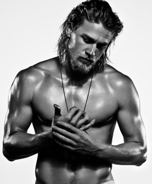 charlie-hunnam-shirtless.png