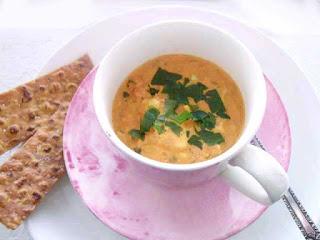 Fisksoppa i kopp med tunnbrödschips