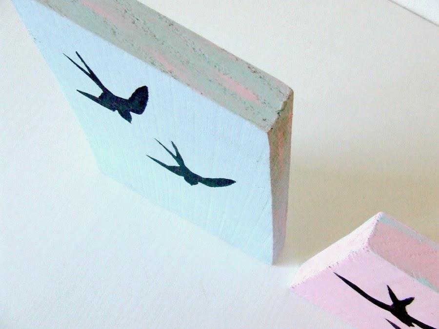 Eco dekoracja z drewna czyli pastelowa dekoracja z motywem jaskółki.