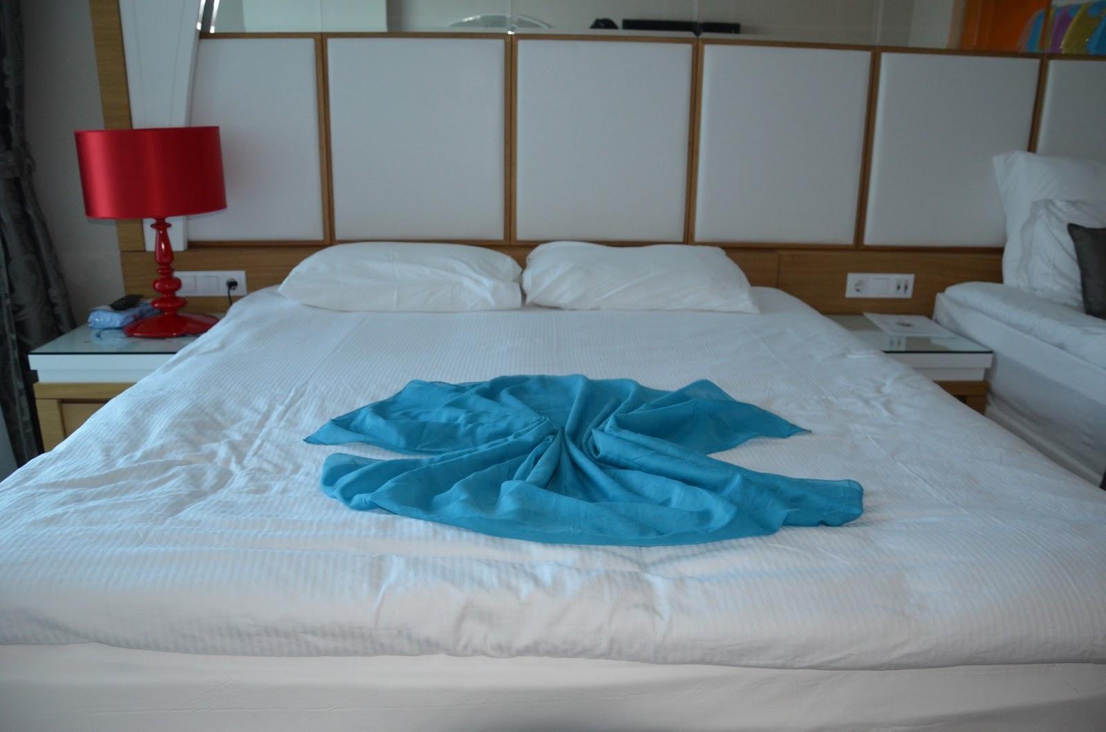 Секс в лепестках роз на кровати 8 фотография