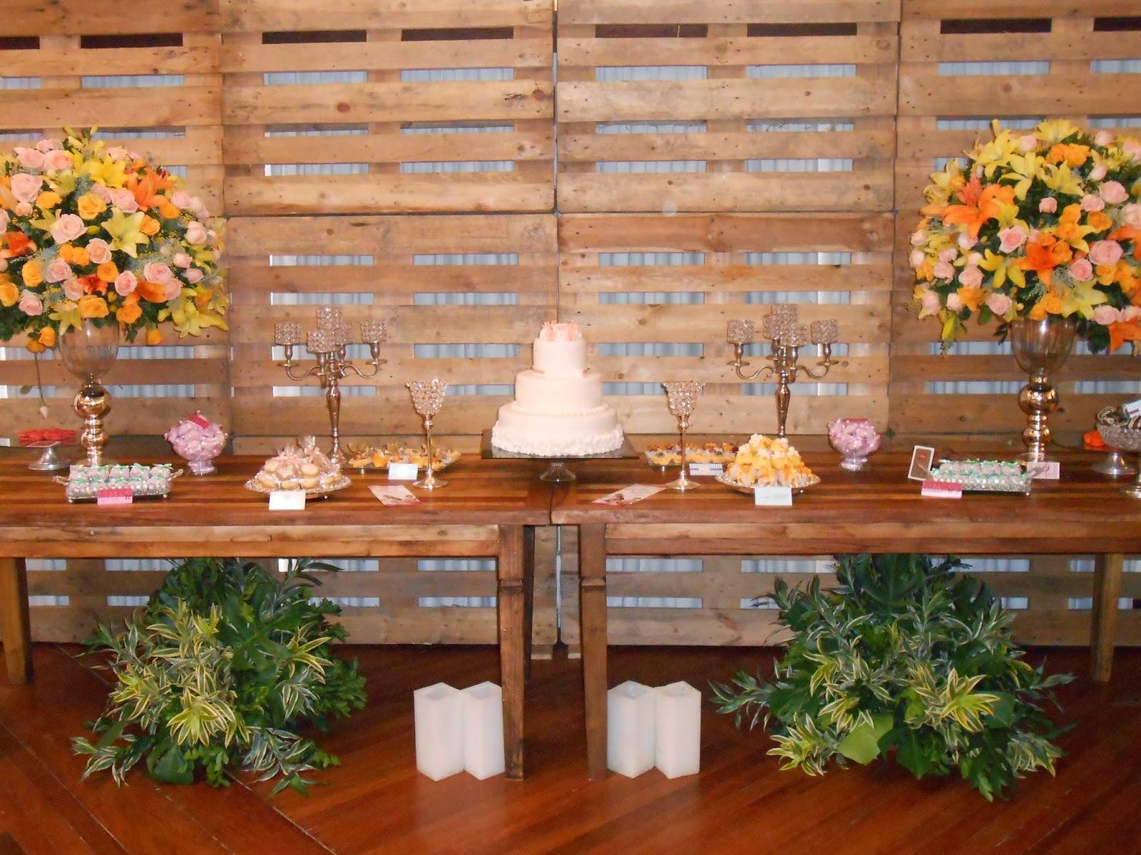 Decoração floral com parede sustentável de pallet nossa criação! #773A19 1600x1200