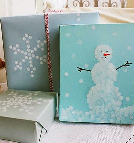 Как да си направим опаковка за коледен подарък със снежинки на точки