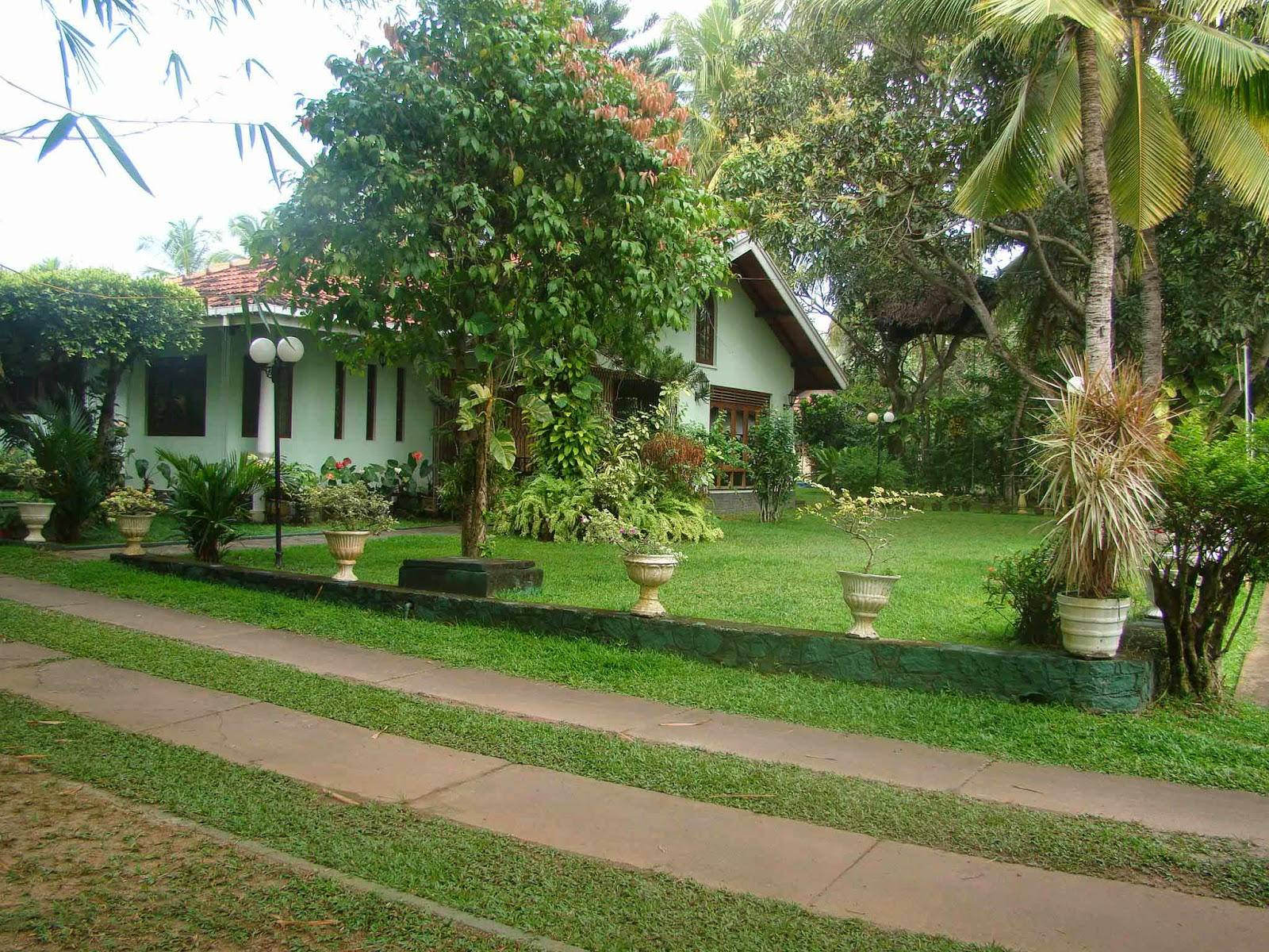 Decorating house exterior with beautiful home garden for Home landscape design sri lanka