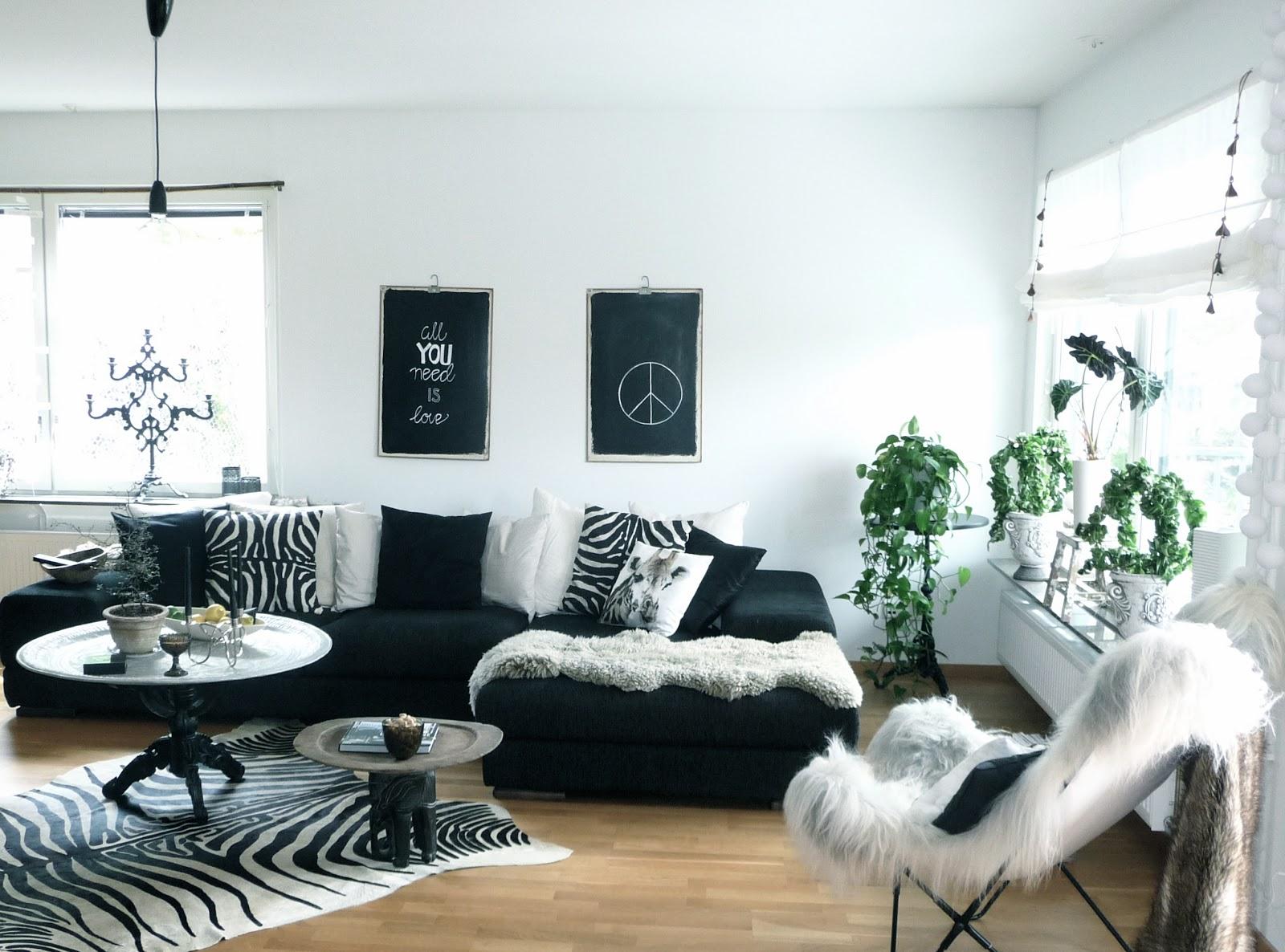 Njutbara ting: småbord i vardagsrummet