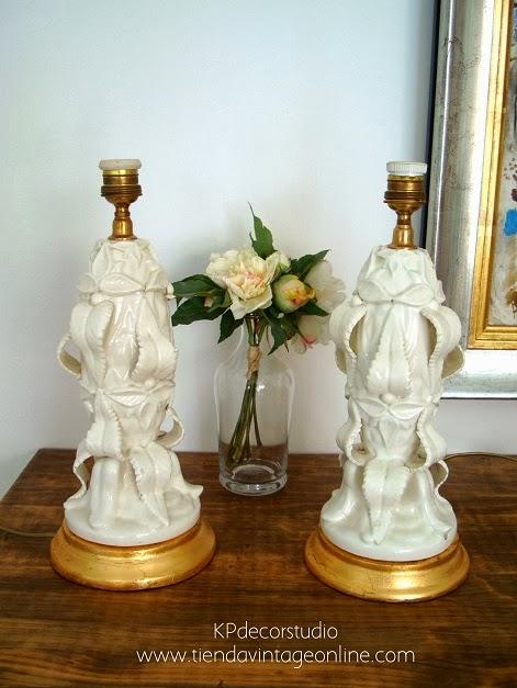 Venta de pareja de lámparas de cerámica de manises con base de madera y pie cerámico de color blanco.