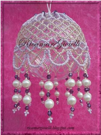 Palla di Natale decorata con rocailles, bicono e perle