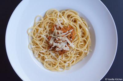 http://noplainvanillakitchen.blogspot.com/2011/09/pastasaucen-v-spaghetti-bzw-ragu-alla.html