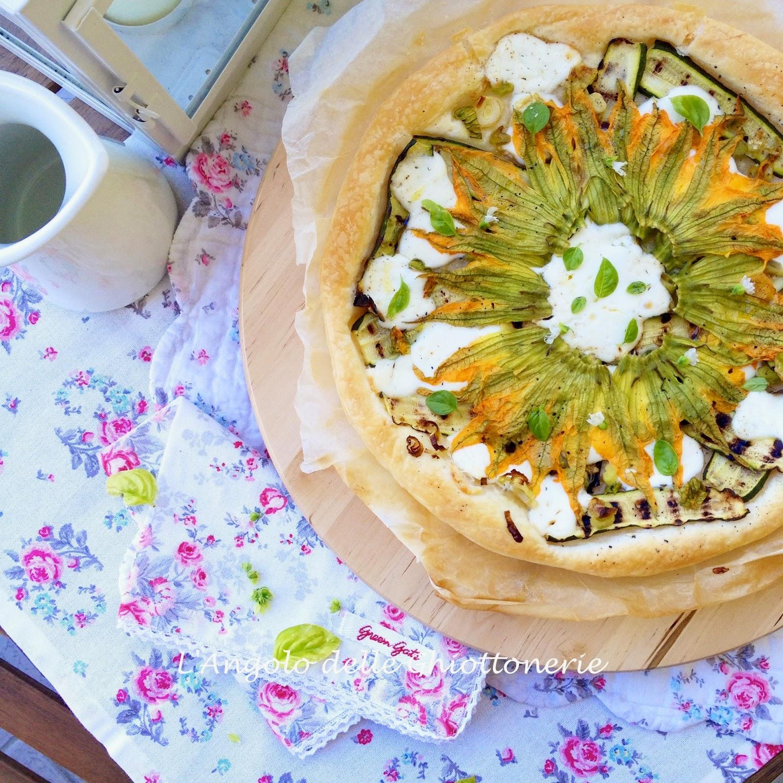 pizza bianca sfogliata con crescenza, porro, zucchine grigliate e fiori, al profumo di basilico