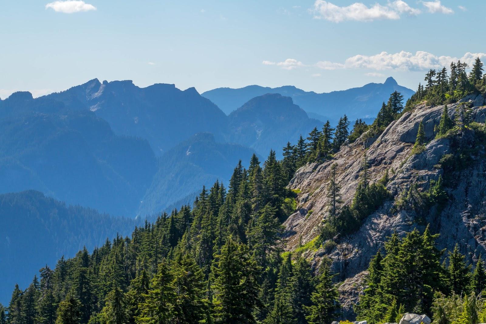 С другой стороны вид на вершины гор прибрежного хребта.
