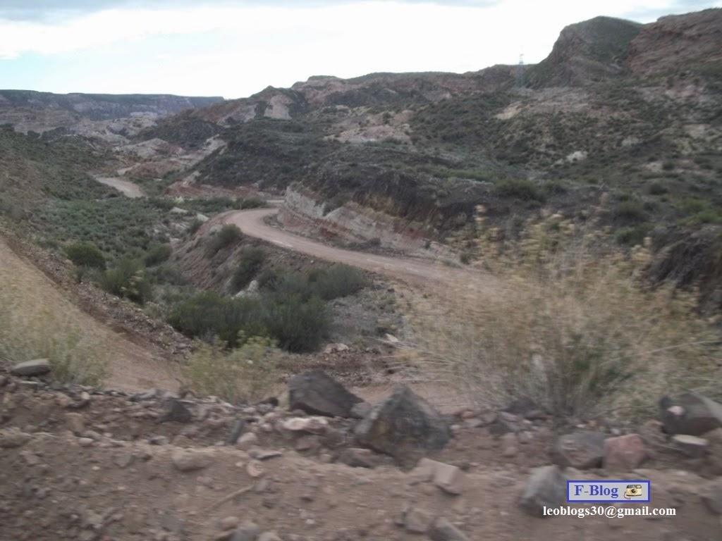 San Rafael - Nihuil, camino de ripio siguiendo el río