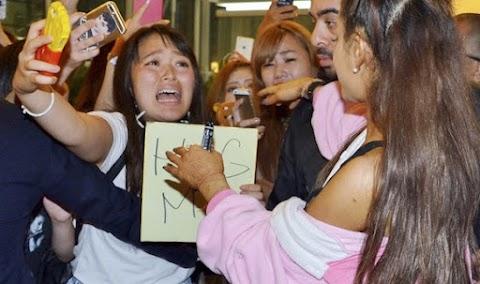 ariana grande arriva in aeroporto a tokyo vestita da unicorno