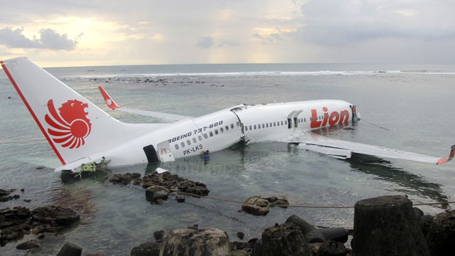 The Airsafe Com News Lion Air 737 Lands In Water Short Of