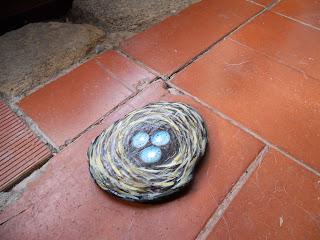Piedras pintadas con nidos con huevos azules
