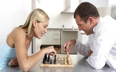لماذا لا يحب الرجال الارتباط بالمرأة الذكية ,رجل امرأة يلعبان شطرنج  شاب فتاة ,man woman girl guy play chess