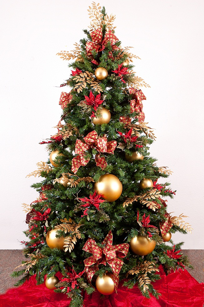 Red gold christmas tree design ideas luxury lifestyle for Red gold christmas tree decorating ideas