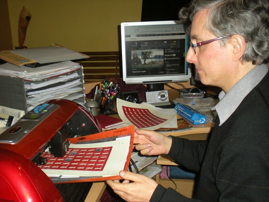 En Carles Molins fent etiquetes
