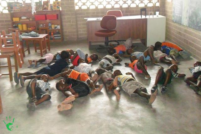 Bambini che si riposano in classe nella scuola di Atchanvé, Togo, Africa
