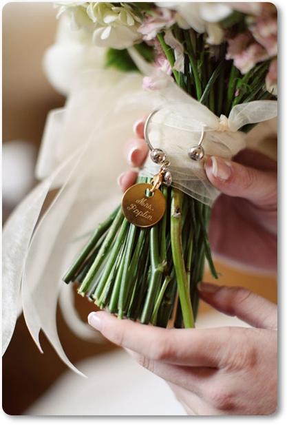 detalj brudbukett, detail bridal bouquet, annorlunda brudbukett, udda detalj brudbukett, brudbukett för en rockbrud, rockig brudbuket