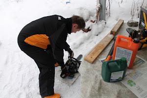 Talonmiespalvelu Tampere tarjoaa valontuojaa metsien miestä tuomaan valoa pihaanne moottorisahalla