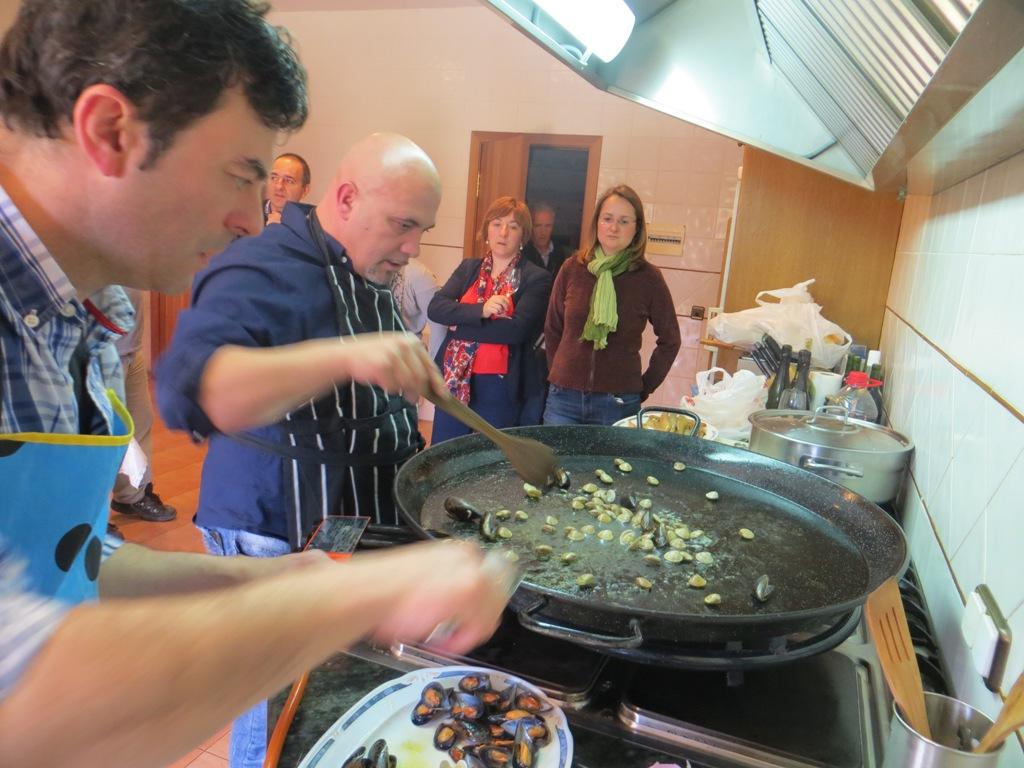 Urbina vinos blog c mo hacer paella de marisco o marinera - Como cocinar paella ...