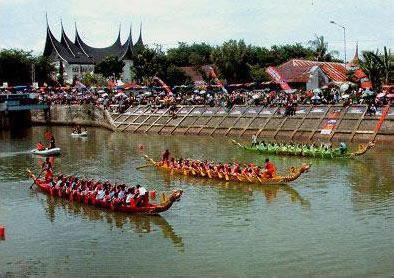 Lomba perahu naga-dragon boad di gor h agus salim padang