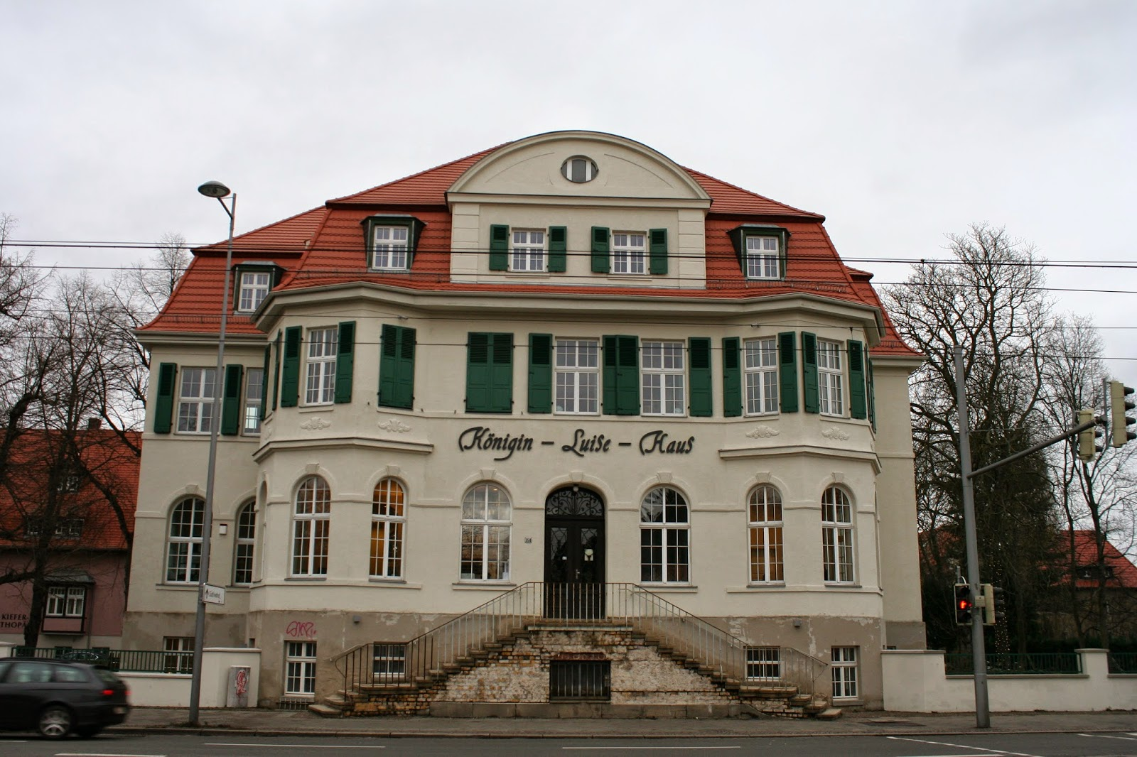 """Das Königin-Luise-Haus befindet sich an der Prager Straße im Stadtteil Stötteritz - das Gebäude wurde 1913 in relativ kurzer Bauzeit von 7 Monaten errichtet - der damalige """"deutsche Bund abstinenter Frauen"""", ab 1924 bis heute """"deutscher Frauenbund für Alkoholfreie Kultur"""" ließ es damals als alkoholfreie Gaststätte errichten - als Namensgeber wurde Königin Luise gewählt, da sie damals sehr populär war"""